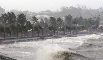 Strong winds and waves brought by Typhoon Hagupit pound the seawall in Legazpi City, Albay province southern Luzon December 7, 2014. The powerful typhoon tore through the central Philippines on Sunday, bringing howling winds that toppled trees and power and cut off communications in areas where thousands were killed by a massive storm just over a year ago. REUTERS/Stringer (PHILIPPINES - Tags: DISASTER ENVIRONMENT TPX IMAGES OF THE DAY) - RTR4GZND