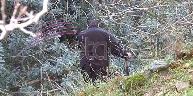 Οι αστυνομικοί ψάχνουν σπιθαμή προς σπιθαμή όλη την περιοχή.