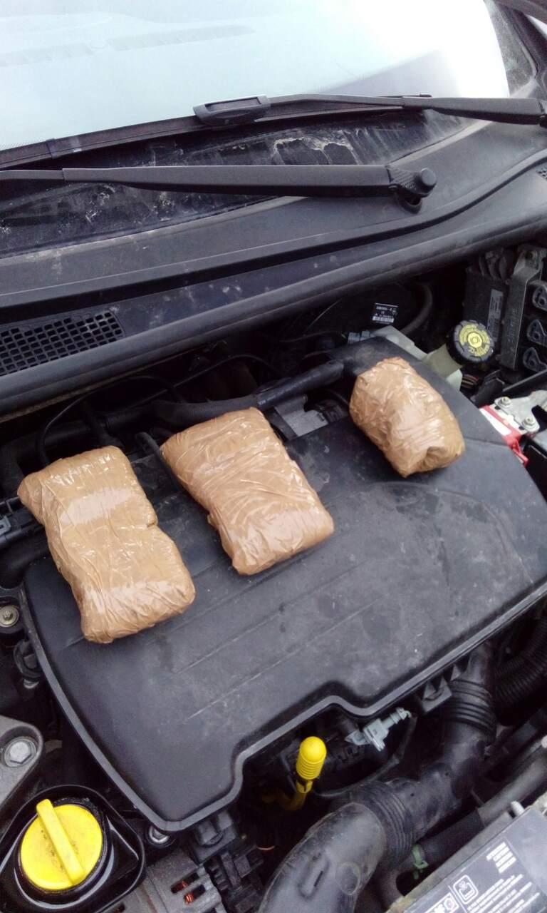 Πίσω από τον μπροστινό προφυλακτήρα του αυτοκινήτου έκρυβαν τα ναρκωτικά.