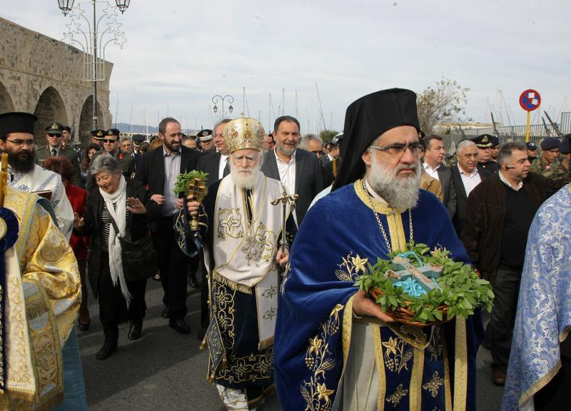 Με σύμμαχο τον καλό καιρό οι Ηρακλειώτες γιόρτασαν τα Αγια Θεοφάνεια, επίκεντρο του εορτασμού ήταν το λιμάνι της πόλης όπου πραγματοποιήθηκε  η τελετή αγιασμού  των υδάτων, στο Ηράκλειο Κρήτης, Δευτέρα 6 Ιανουαρίου 2014.  Αψηφώντας το κρύο, δεκάδες κολυμβητές βούτηξαν στα παγωμένα νερά του λιμανιού για να πιάσουν τον Τίμιο Σταυρό, σημάδι ευλογίας και καλοτυχίας. ΑΠΕ-ΜΠΕ/ΑΠΕ-ΜΠΕ/ΣΤΕΦΑΝΟΣ ΡΑΠΑΝΗΣ