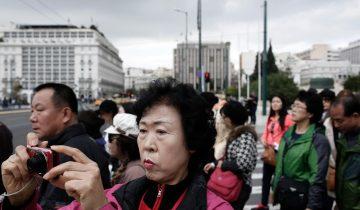 Asian tourists in front of Greek Parliament in Athens, Greece on December 05, 2014. / Ασιάτες τουρίστες μπροστά απο το Ελληνικό Κοινοβούλιο, Αθήνα στις 5 Δεκεμβρίου 2014.