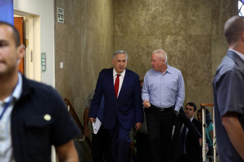 O πρωθυπουργός του Ισραήλ, Μπέντζαμιν Νετανιάχου κι ο υπουργός Στέγασης Γιοάβ Γκαλάντ