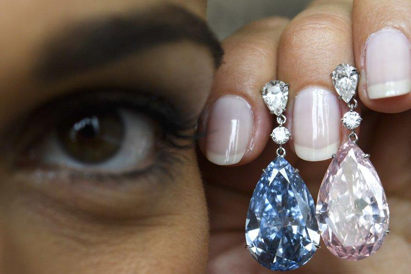 Στην τιμή ρεκόρ των 57 εκατ. δολαρίων πωλήθηκε ζευγάρι από διαμαντένια  σκουλαρίκια 61d9463d0fe