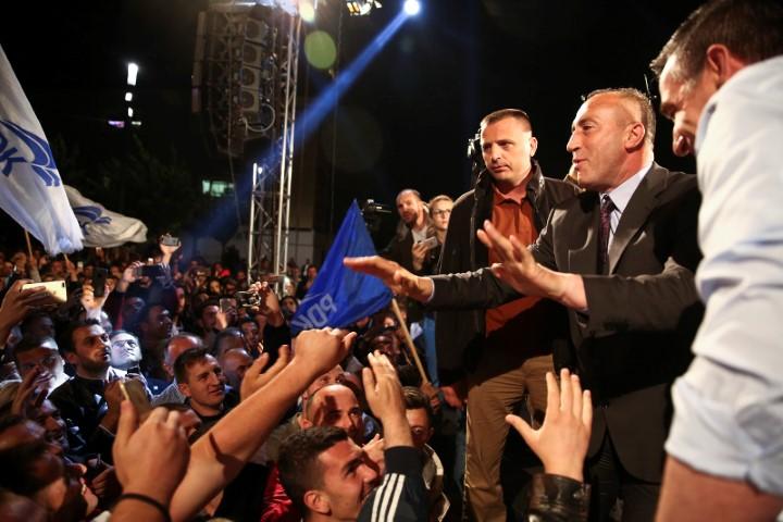 Ο Ραμούς Χαραντινάι, του λεγόμενου «συνασπισύμο των UCKάδων», στην επινίκια συγκέντρωση στην Πρίστινα