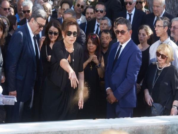 Η Σάκη Κυπραίου, δεξιά στη φωτογραφία, κοιτά την Ντόρα Μπακογιάννη να ρίχνει χώμα στο φέρετρο του Κωνσταντίνου Μητσοτάκη / Φωτογραφία: ΝΔ