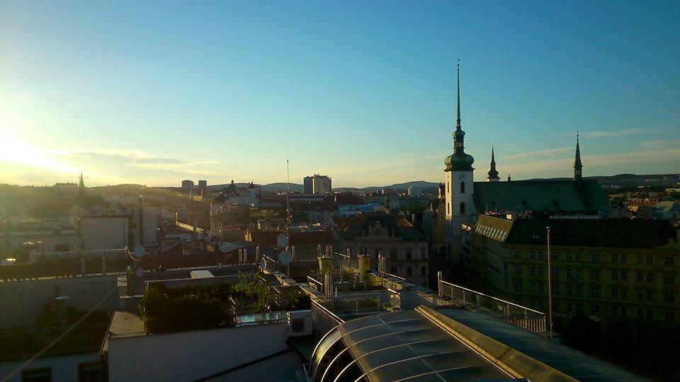Το Μπρνο είναι μια πόλη 400.000 κατοίκων, με υψηλό επίπεδο ζωής. Ωστόσο, δεν λείπουν και εκεί τα οικονομικά προβλήματα για τους ντόπιους