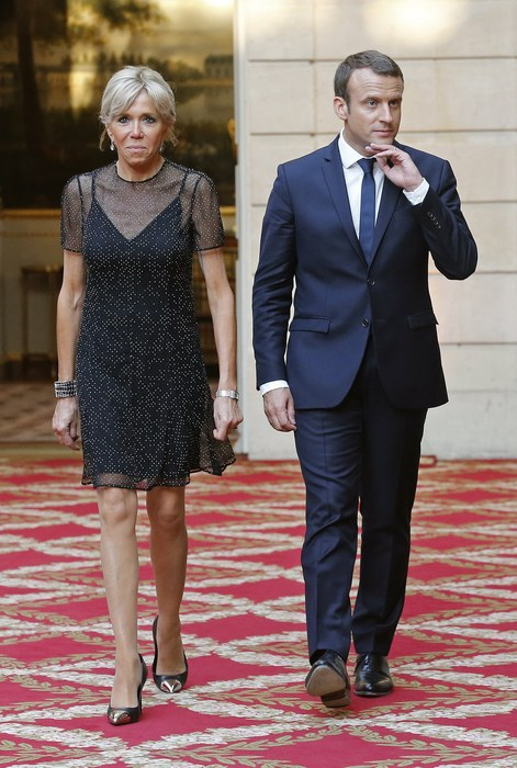epa06041899 French first lady Brigitte Macron (L) and French President Emmanuel Macron (R) arrive for an official dinner at the Elysee Palace in Paris, France, 21 June 2017. Nobel Peace Prize winner and Colombian President Juan Manuel Santos starts a three-day visit to Paris for talks on cooperation.  EPA/JEAN-PAUL PELISSIER / POOL MAXPPP OUT