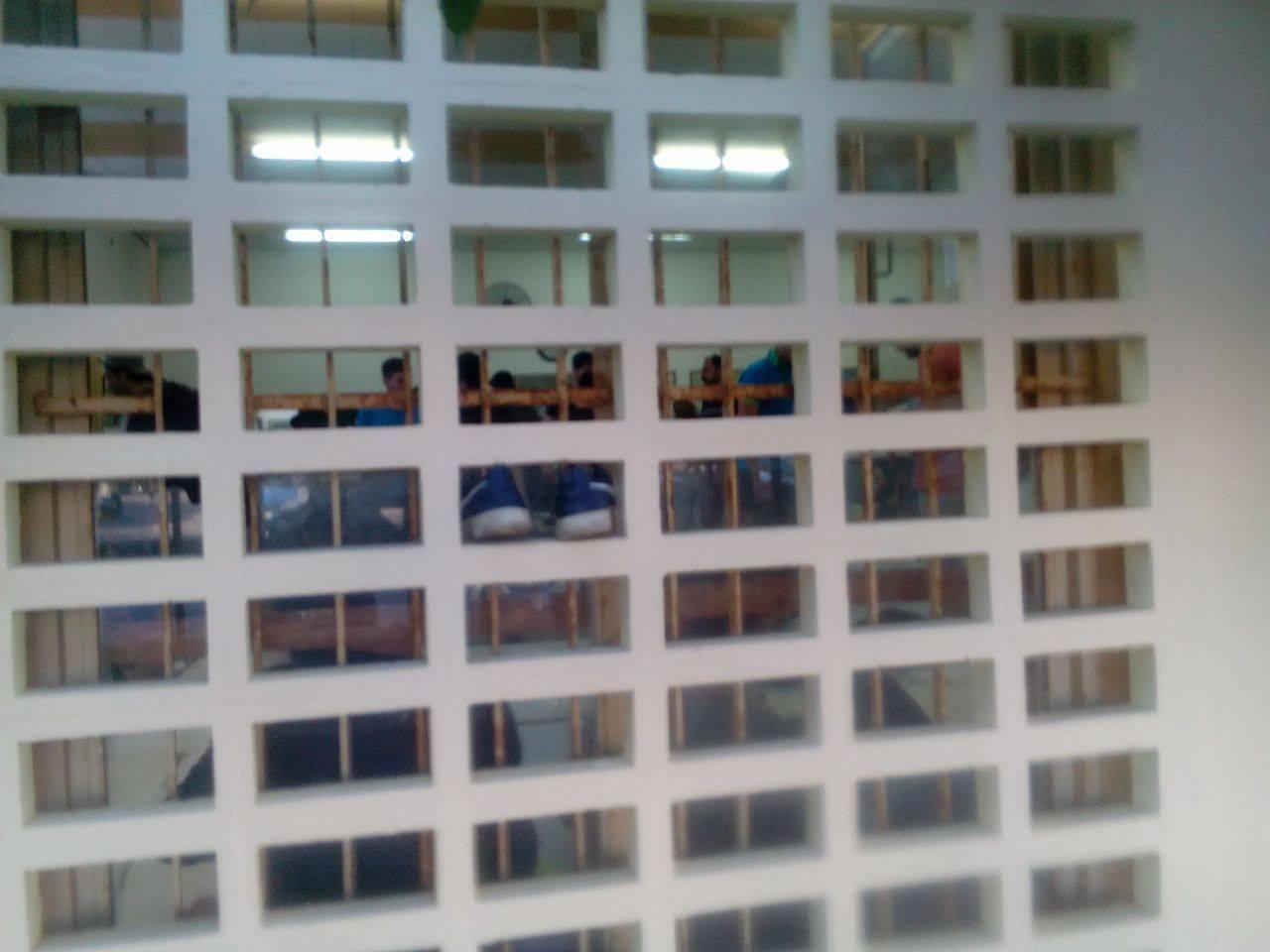 Λήψη της αίθουσας των Λιμενεργατών, όπου στοιβάζονται οι 70 πρόσφυγες. Η φωτογραφία αναρτήθηκε στο Facebook από την Πρωτοβουλία Ηρακλείου για τους πρόσφυγες και μετανάστες