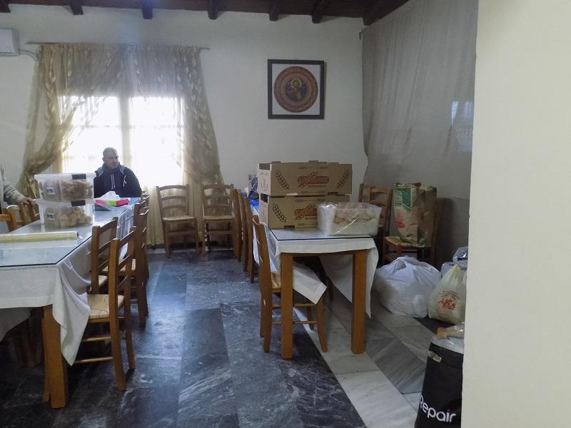 Ακόμη και τις ημέρες σαν κι αυτές που η κουζίνα δεν λειτουργεί, στον χώρο της τραπεζαρίας επικρατεί καθημερινά πυρετός προετοιμασιών. Η ενορία φροντίζει σε καθημερινή βάση 240 ψυχές και περιθώρια για ανάπαυλα δεν υπάρχουν