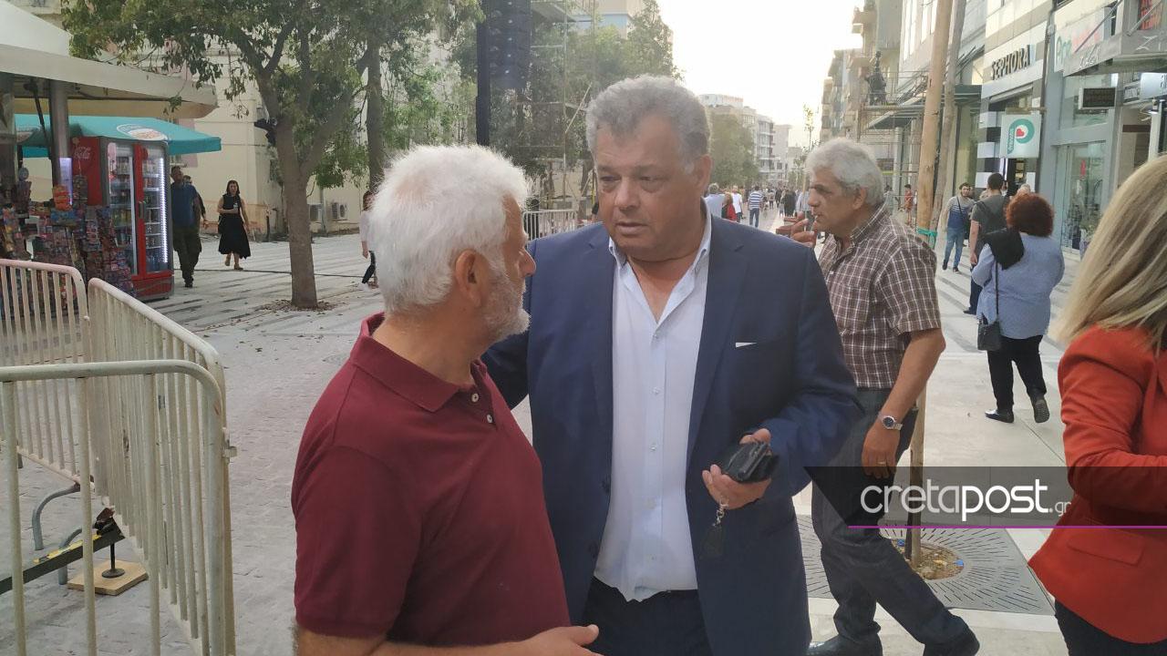 Ο υποψήφιος δήμαρχος Ηρακλείου, Ηλίας Λυγερός στην πλατεία Ελευθερίας.