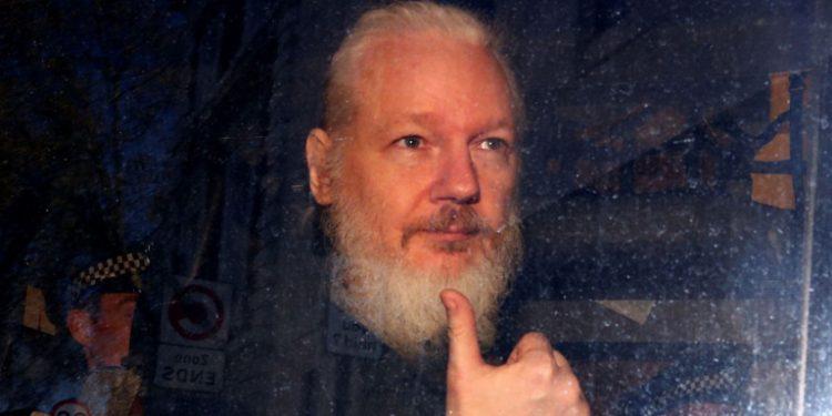 julian-assange-xairetaei
