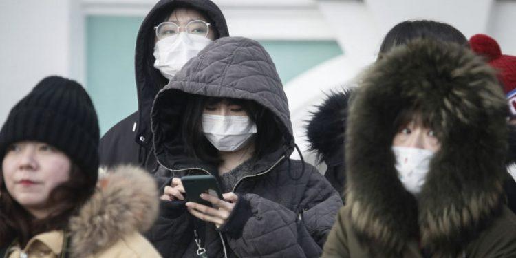 kinezoi-touristes-maska-rosia-koronoios