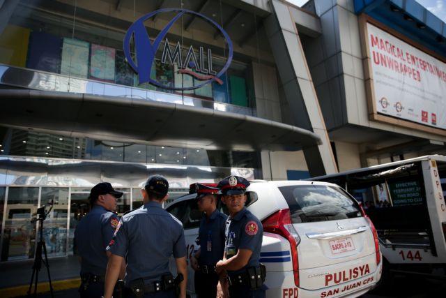 Policemen arrive outside Virra Mall where gunshots were fired in San Juan City,