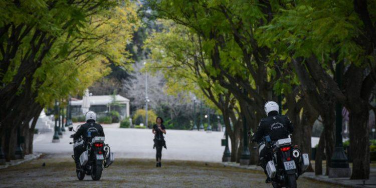 koronoios-mixanes-police-running
