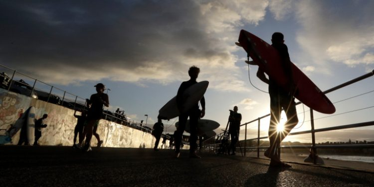sydney-bondi-beach-surfers
