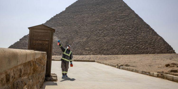 fylakas-me-maska-psekazei-se-pyramida-aigyptos