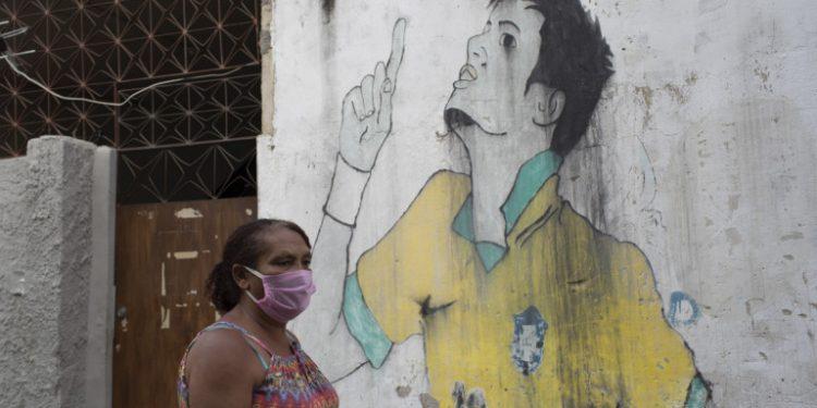 gynaika-me-maska-vrazilia-grafiti