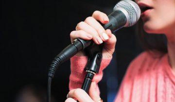 tragoudistria-mikrofono-st