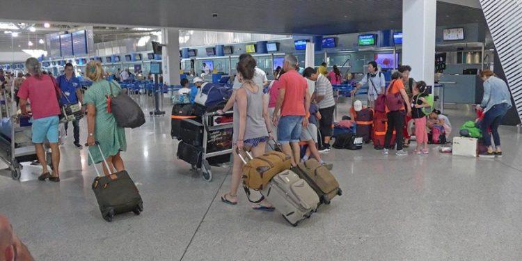 touristes-athina-aerodromio-arthro