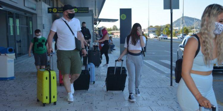 toyristes-touristes-zakynthos-ermis-news-afikseis-bretanoi-2