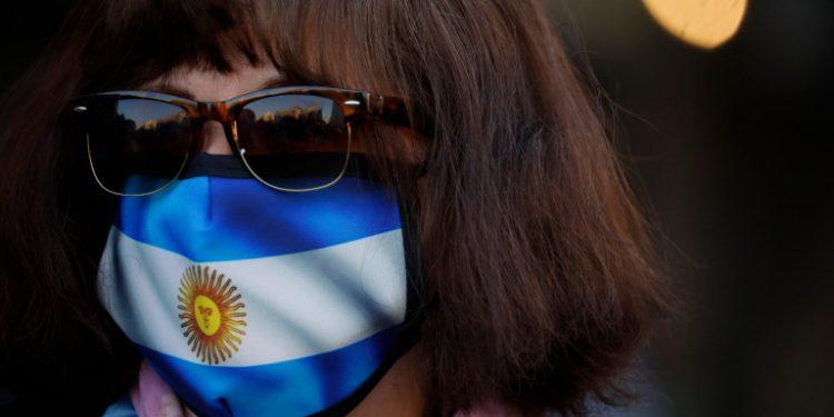 koronoios-gynaika-me-maska-argentinis-21-8-20