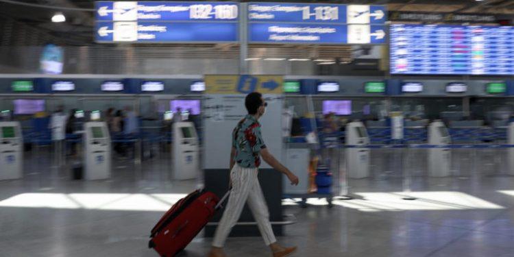 touristas-aerodromio-el-benizelos
