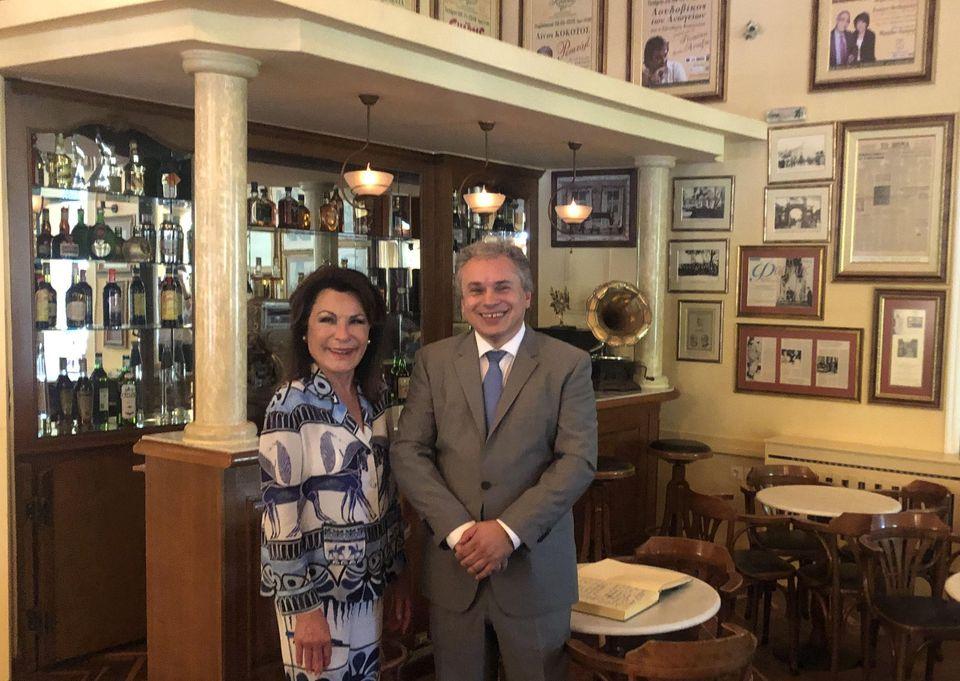 """Η Πρόεδρος της Επιτροπής """"Ελλάδα 2021"""", Γιάννα Αγγελοπούλου με τον Ιδρυτή και Πρόεδρο του EHICA, Βασίλη Σταθάκη στο Ιστορικό Καφέ """"Κήπος""""!"""