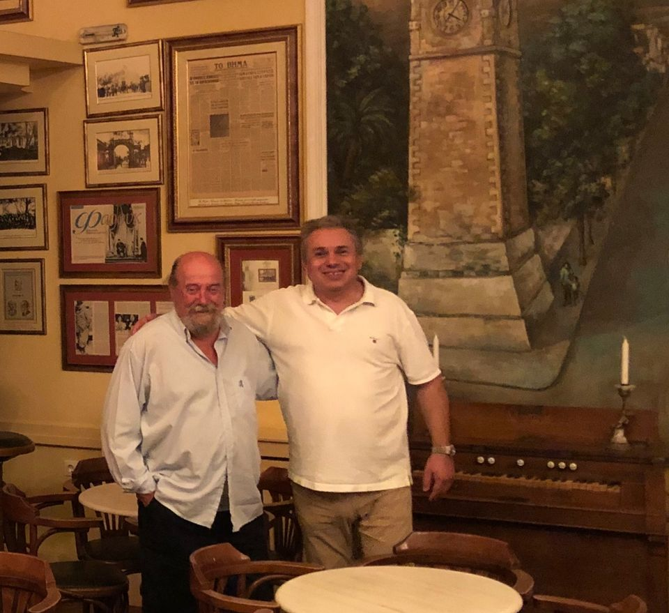 """Ο αγαπητός φίλος και εμβληματικός σκιτσογράφος Σπύρος Ορνεράκης, με τον Βασίλη Σταθάκη, σε μια από τις χαρακτηριστικότερες γωνιές του Ιστορικού Καφέ """"Κήπος""""!"""