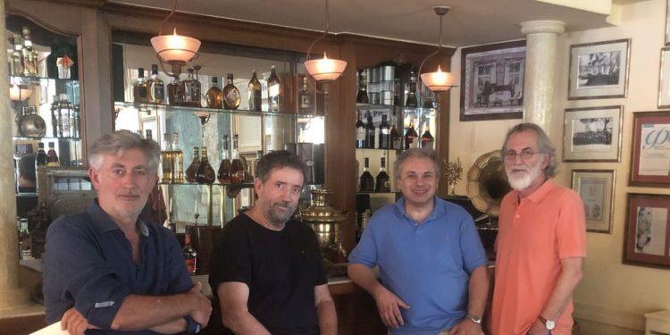"""Με τον αγαπημένο Σπύρο Παπαδόπουλο, στο Ιστορικό Καφέ """"Κήπος"""", μετά τις επιτυχημένες παραστάσεις """"Περιμένοντας τον Γκοντο"""", του Σ. Μπέκετ, στα Χανιά! Στην παρέα, οι Πάνος Γεροδήμος, Μιχάλης Αεράκης & Βασίλης Σταθάκης."""