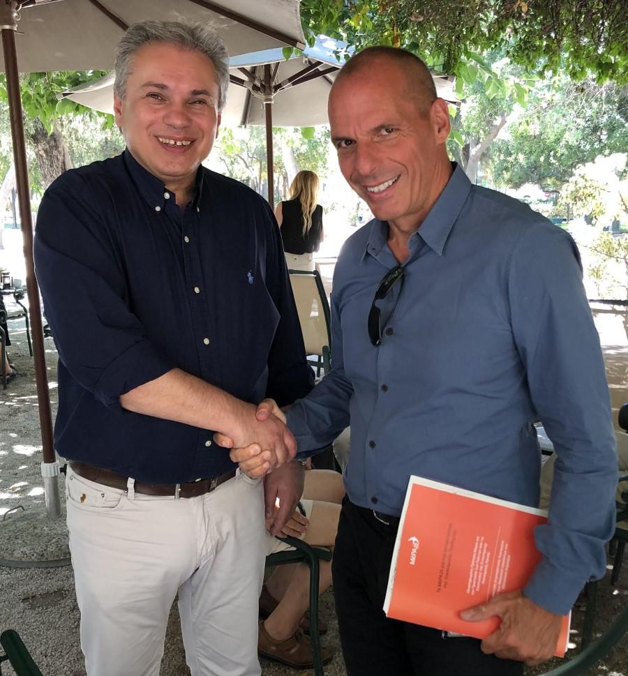 Ο Γιάνης Βαρουφάκης με τον Βασίλη Σταθάκη