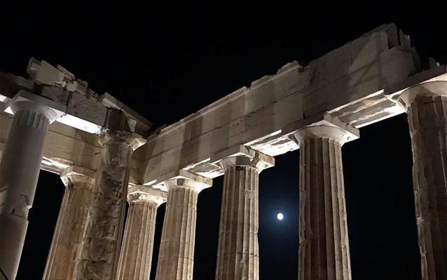 allazei-o-fotismos-tis-akropolis
