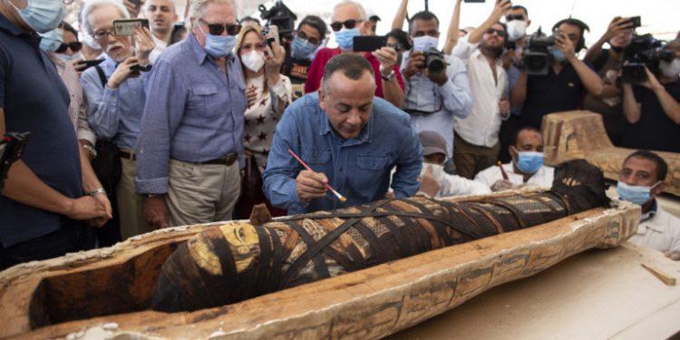 aigiptos-sarkofagos-anigma
