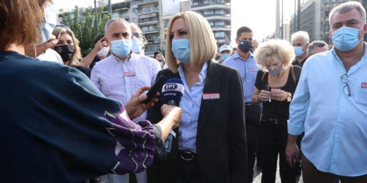 me-maska-gennimata-milaei-se-mikrofona