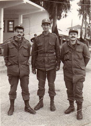 Φλεβάρης 1973: Καλαμάτα. Η Χούντα είχε διακόψει τις σπουδές φοιτητών στέλνοντάς τους φαντάρους. Εικονίζονται από αριστερά οι: Μπάμπης Σαββάκης, Γιάννης Νισταζάκης, Μίμης Ανδρουλάκης.