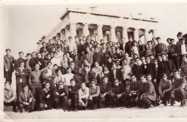 Σεπτέμβριο του 1969: Οι νεοεισαχθέντες φοιτητές στο Εθνικό Μετσόβιο Πολυτεχνείο σε μία αναμνηστική φωτογραφία στην Ακρόπολη. Ανάμεσά τους ο Γιάννης Νισταζάκης.
