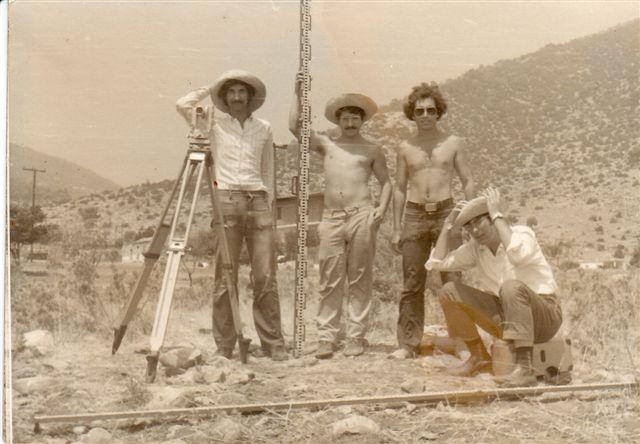 Νέα Μάκρη 1972: Γεωδαιτικές ασκήσεις. Εικονίζονται οι φοιτητές (όρθιοι) από αριστερά: Νισταζάκης, Ανδρουλάκης και Καναβάκης.