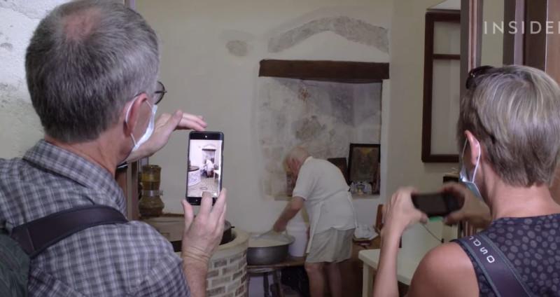 artopoios-touristes-fotografies