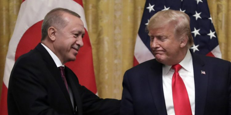 erdogan-trump-xeirapsia-simaies-podium