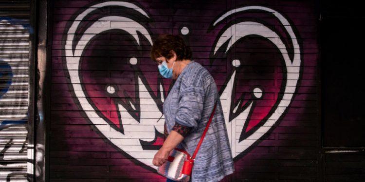 gynaika-maska-koronoios-graffiti