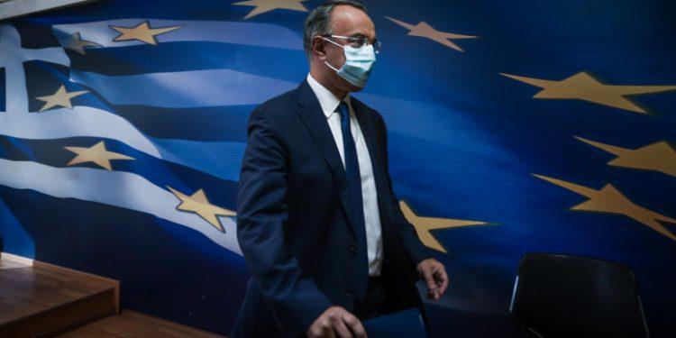 staikouras-perpataei-me-maska