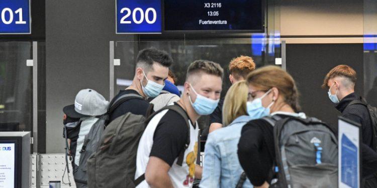 koronoios-aerodromio-toyristes-maskes