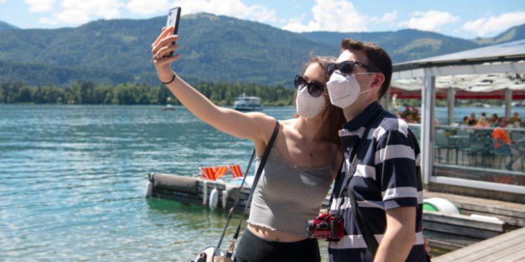 zevgari-stin-austria-limni-maskes