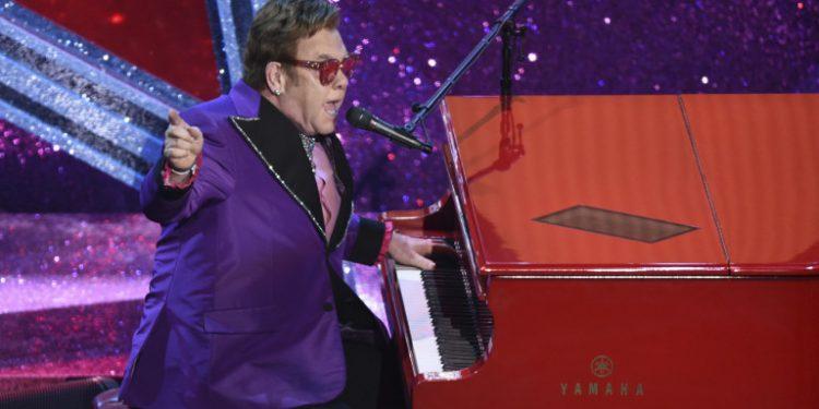 elton-john-me-mov-sto-piano