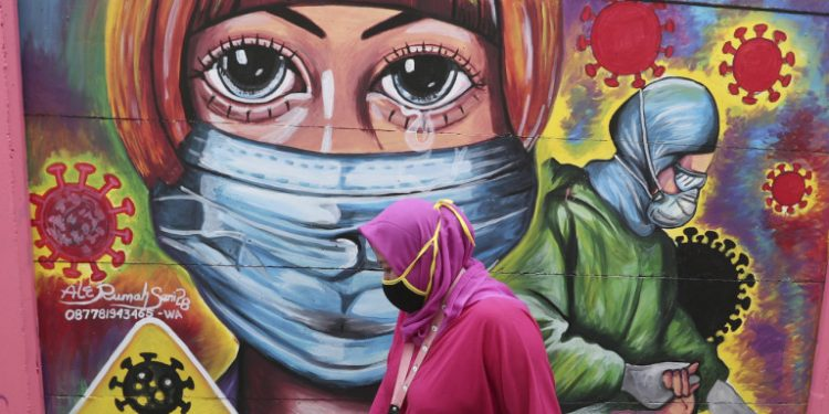 grafiti-maska-gynaika-roz