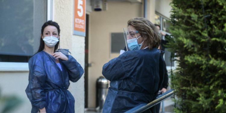 _lockdown-giatroi-nosokomeio-mple-plastiki-maska