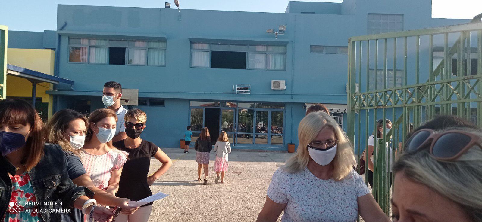 Γονείς έξω από Δημοτικό Σχολείο του Ηρακλείου