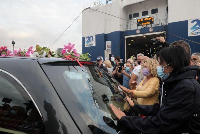 Το δημοτικό συμβούλιο Πειραιά με επικεφαλής τον Δήμαρχο Γιάννη Μώραλη και την φιλαρμονική ορχήστρα του Δήμου αποχαιρετούν την σορό του Μίκη Θεοδωράκι στο λιμάνι, στο ταξίδι της πρός την Κρήτη, Τετάρτη 8 Σεπτεμβρίου 2021 (ΓΙΑΝΝΗΣ ΠΑΝΑΓΟΠΟΥΛΟΣ /EUROKINISSI)
