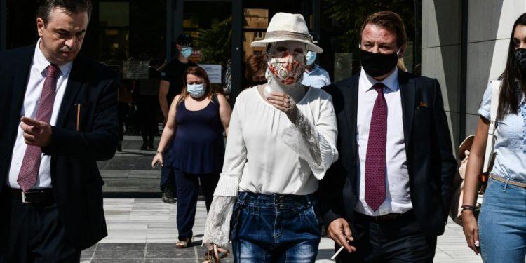 Δίκη της υπόθεσης για την επίθεση με καυστικό υγρό από 37χρονη εναντίον της Ιωάννας Παλιοσπύρου, Τετάρτη 15 Σεπτεμβρίου 2021. Στο στιγμιότυπο η Ιωάννα Παλιοσπύρου κατά την έξοδό της από την αίθουσα του Μικτού Ορκωτού Δικαστηρίου.  (EUROKINISS/ΤΑΤΙΑΝΑ ΜΠΟΛΑΡΗ)