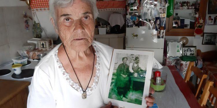 Η Ειρήνη Σταματάκη με τη φωτογραφία των γονιών της, Μανόλη και Αγάπης, που έφυγαν αντάμα στον θάνατο