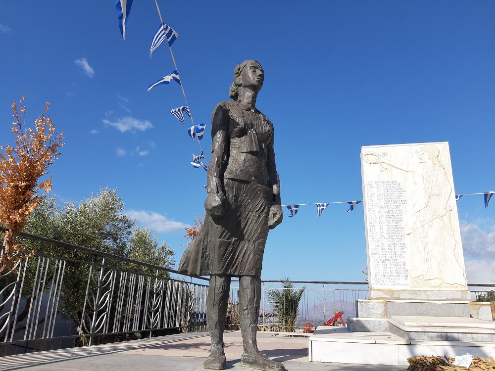"""Το μνημείο των Σκουρβούλων με το εξαιρετικό γλυπτό της Ασπασίας Παπαδοπετράκη """"Η γυναίκα στην Αντίσταση"""""""